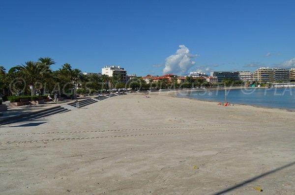 Plage du Ponteil avec la promenade du bord de mer