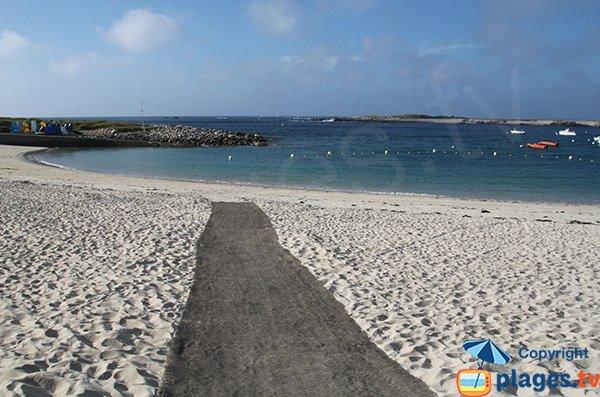 Accès pour les personnes à mobilité réduite sur la plage de l'Ile Grande