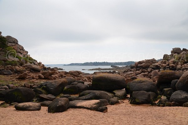 Rochers sur la plage de Pors Rolland à Perros Guirec