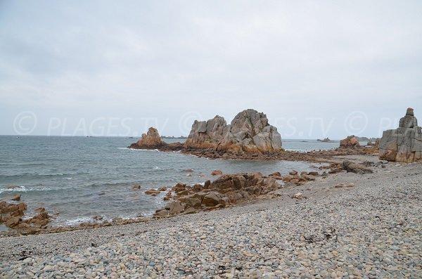 Roches à côté du port de Pors Scaff