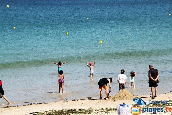 Baignade pour les plus jeunes sur la plage de Porsmeur à Plouescat