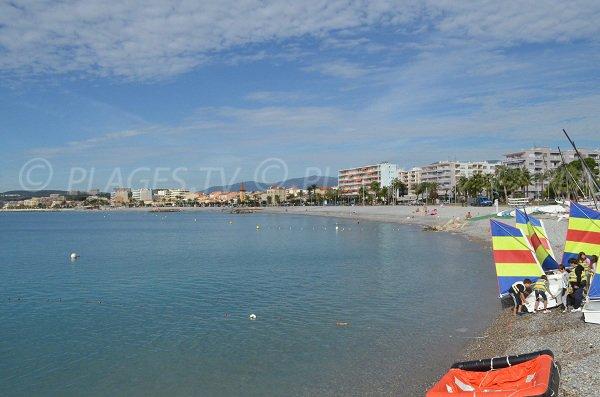 Centre nautique sur la plage du port du Cros à Cagnes sur Mer
