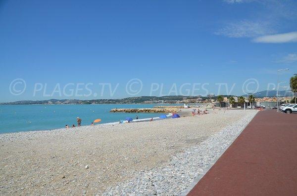 Vue sur la plage du port du Cros et sur les marinas
