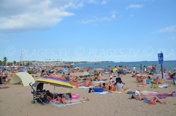Strand neben dem Hafen von Fréjus im August