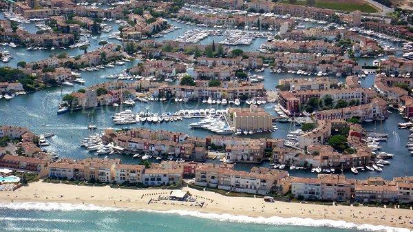 plage centre ville port grimaud 83 var paca plages tv