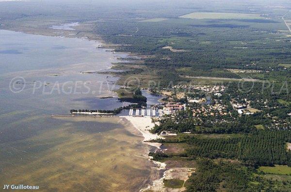 Vue aérienne de la plage du Port d'Hourtin au bord du lac