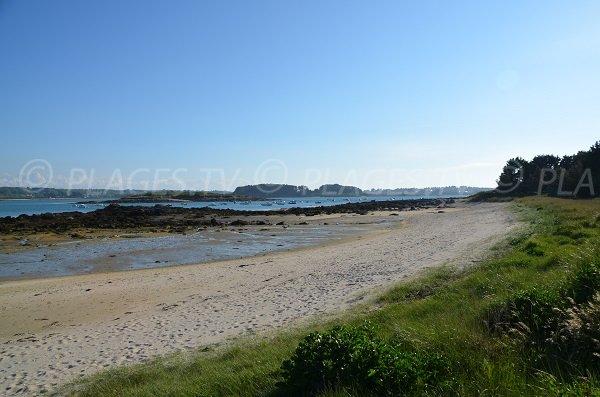 Plage à gauche du port de Landrellec