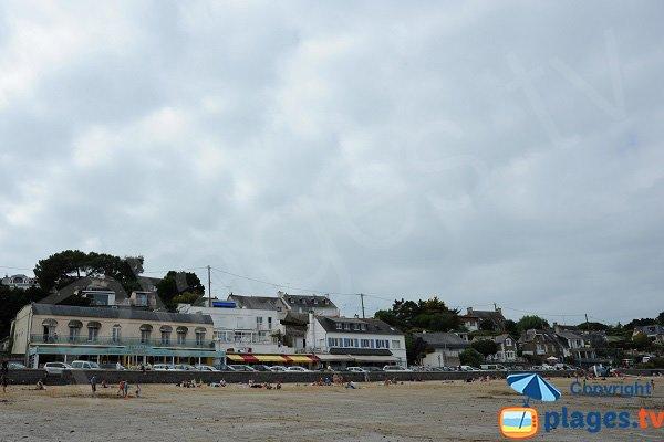 Vue sur les commerces depuis la plage de Port Mer