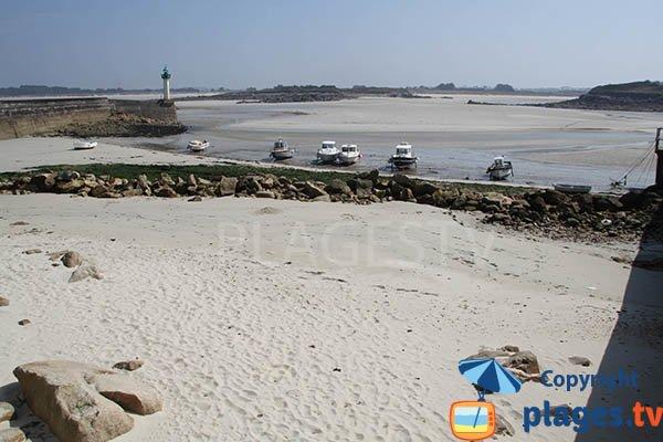 Photo de la plage dans le port de Mogueriec à Sibiril en Bretagne