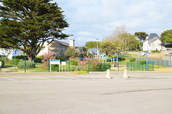 Parc pour les enfants en face de la plage de Port Navalo à Arzon