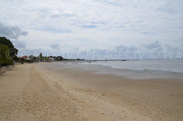 Vue sur le centre ville et la digue d'Andernos les bains depuis la plage