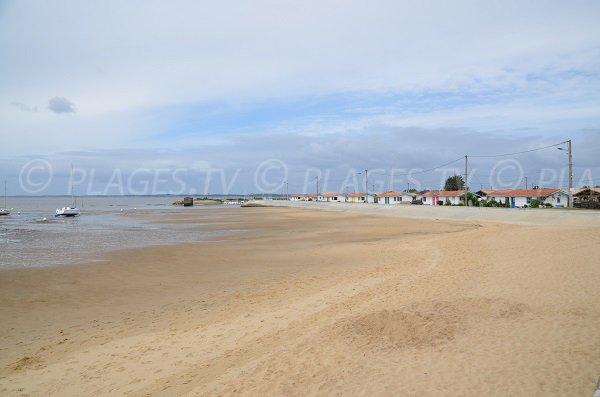 Photo de la plage à côté du port ostréicole d'Andernos les Bains