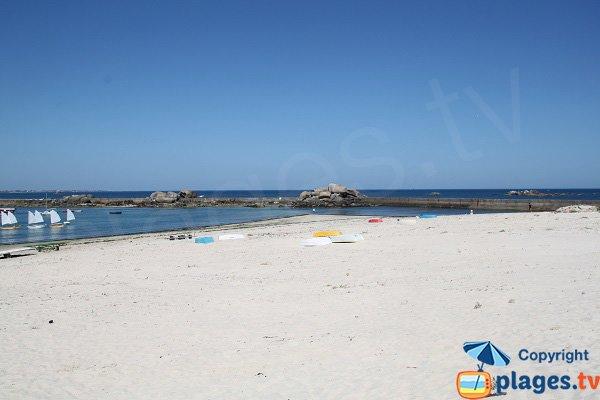 Plage de sable à côté du port de Plouescat