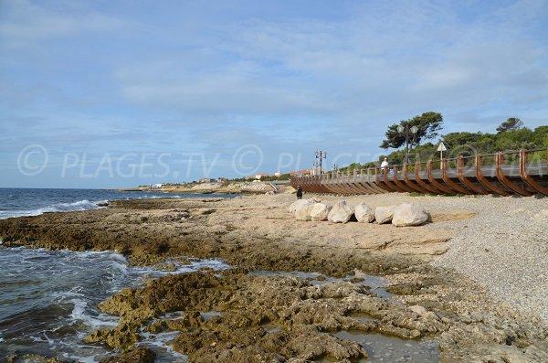 Galets et sable sur la plage après le port de Sausset