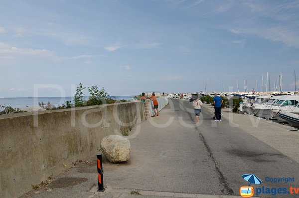 Accès à la plage du port de Solenzara