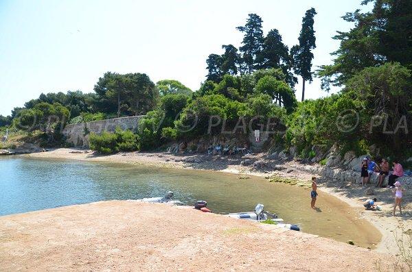 Plage de sable à côté du port de l'île de Saint Honorat