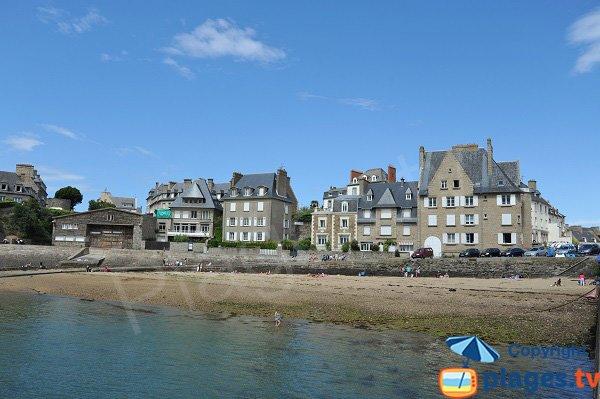 Plage dans le port de St Père à Saint Malo