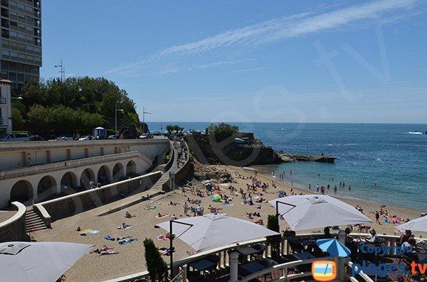 Plage de Port Vieux: une plage ovale entre les rochers