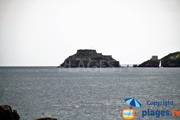 fort de Bertheaume depuis la plage de Portez