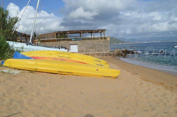 Activités nautiques sur la plage de Porto Pollo
