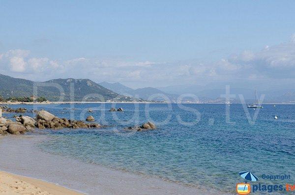 Extrémité de la plage de Porto Pollo avec vue sur Tenutella