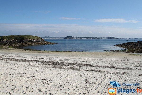 Photo de la plage de Porz Alliou avec l'ilot d'Enez Aod Kun - Batz