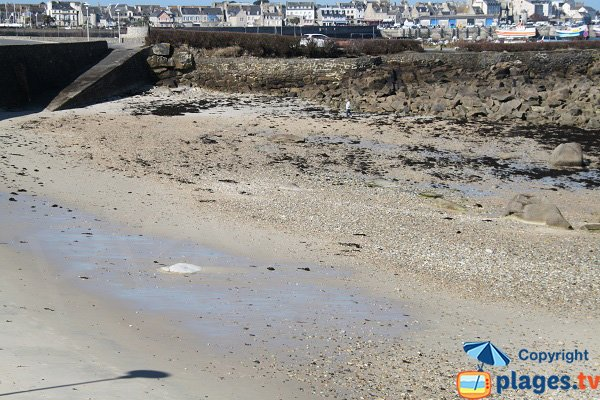 Plage de sable dans le centre ville de Roscoff