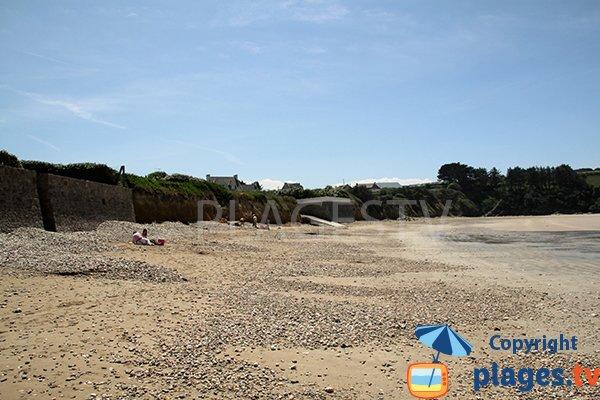 Graviers sur la plage de Porz ar Vag à Plomodiern