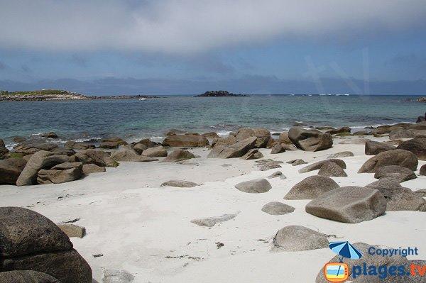 Rochers sur la plage de Porz Goret sur l'ile de Batz