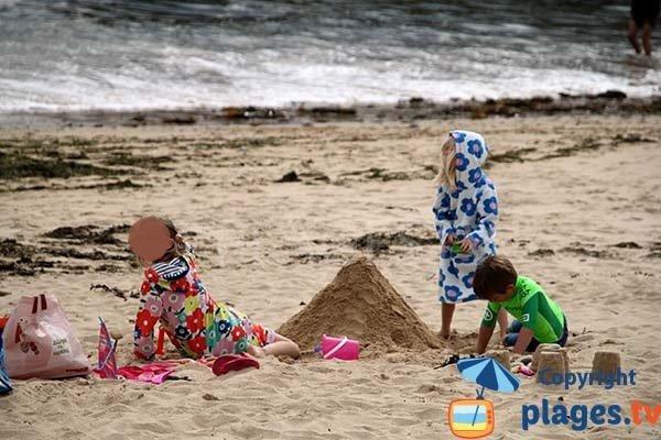 Jeux de sable dans la crique de Porz Milin à Locmaria-Plouzané