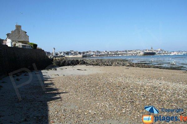 Vue sur le port de pêche de Roscoff depuis la plage