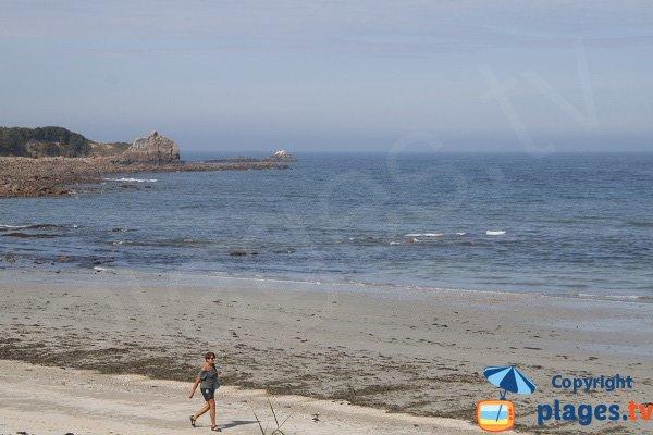 Rochers sur la plage de Poul Rodou à Locquirec