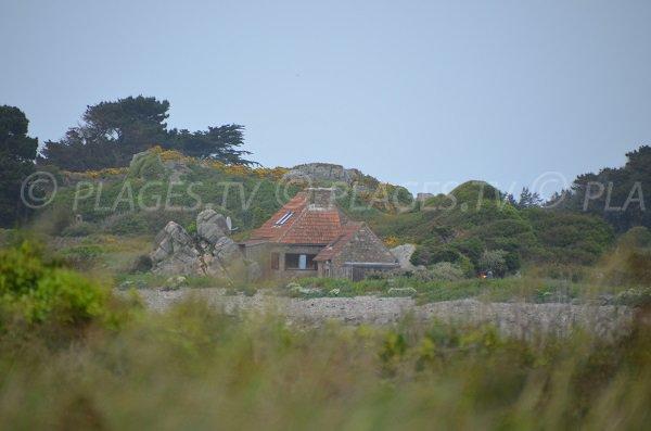 Maison accolée à des rochers entre le gouffre de Plougrescant et Poul Stripo