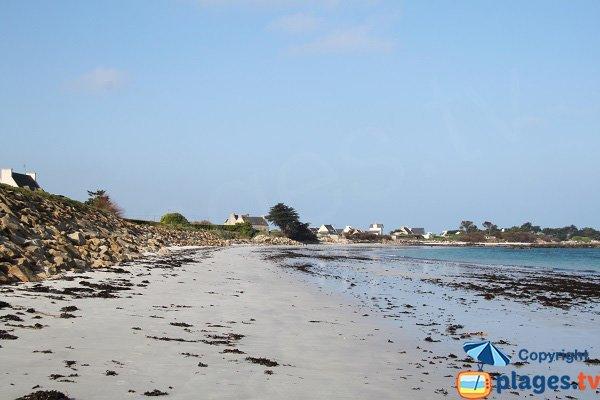 Enrochement sur la plage du Pouldu de Santec