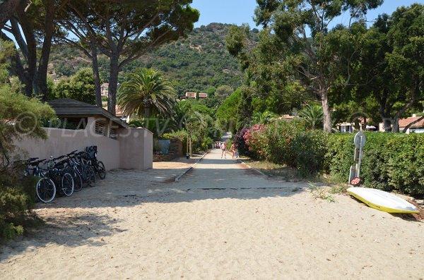 Access to the Pramousquier beach in Lavandou