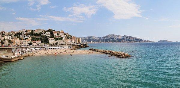Photo de la plage du Prophète de Marseille avec vue sur le massif des calanques