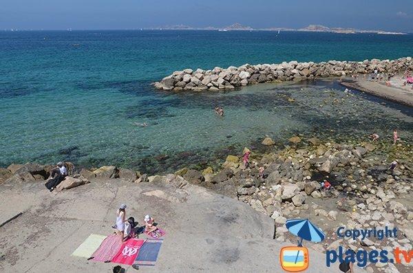 Dalle de béton sur la plage des Prophetes à Marseille