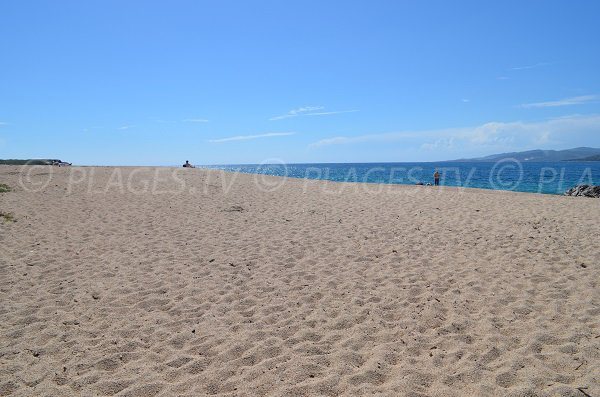 Plage de sable du Puraja à Propriano