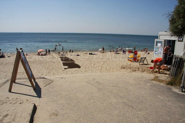 Poste de secours sur la plage de Quimiac