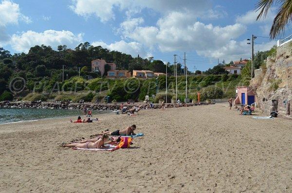 La plage de la Raguette avec le sentier du littoral en arrière plan