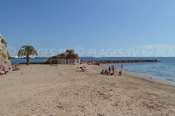 Vue sur le port de Mandelieu depuis la plage de sable de la Raguette