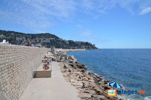 Plage sur le quai Rauba Capeu à côté du port de Nice
