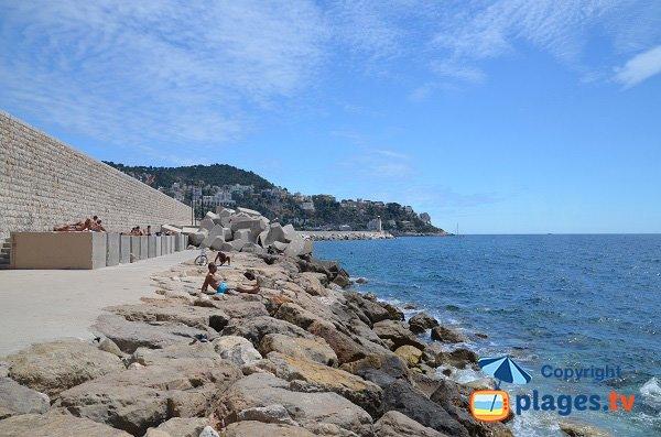 Rochers sur la plage de Rauba Capeu