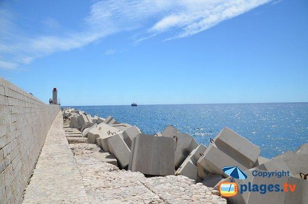 Blocco di cemento sul spiaggia di Nizza