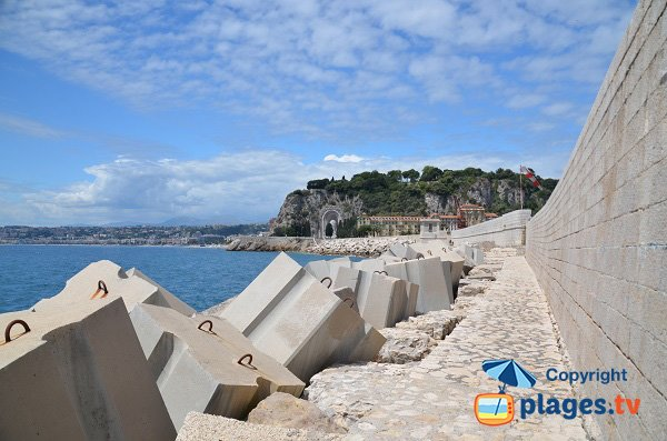 Digue Rauba Capeu overlooking the hill and the Promenade des Anglais