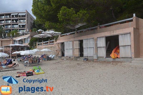 Douche sur la plage du Rayol