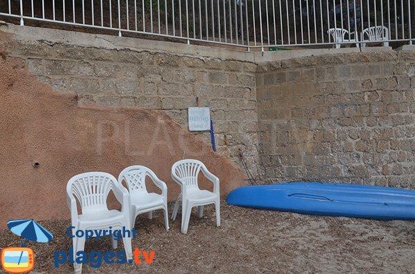 Chaises en libre service sur la plage du Rayol