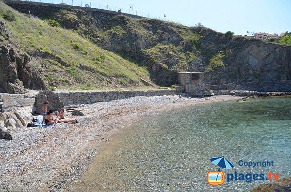 Crique de galets à la sortie de Collioure