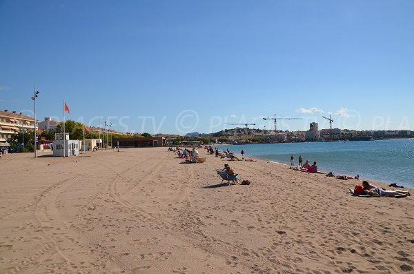 Photo de la plage de la République à Fréjus avec vue sur St Raphaël