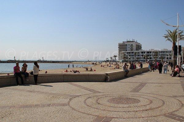 Strand am linken Ufer des Grau du Roi neben dem Hafen
